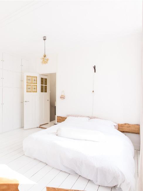 proste łóżko w białej naturalnej sypialni