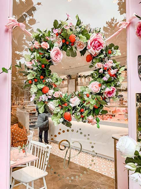 wienieC z róż jako dekoracja okienna