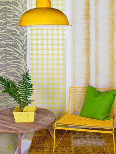 tropikalne kolorowe zasłony przy żółtym krześle z zieloną poduszką