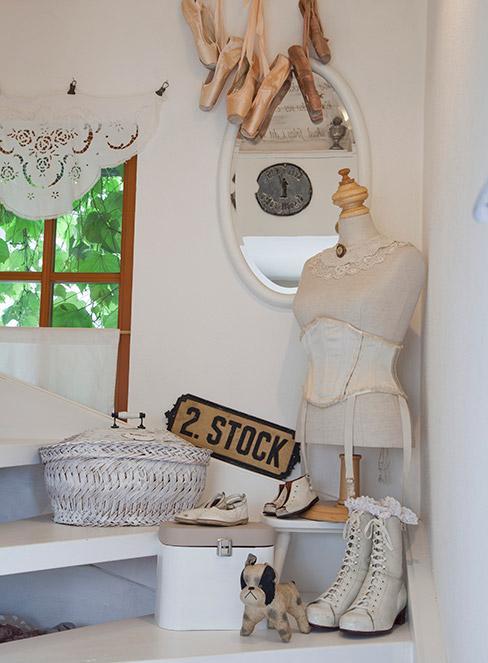 dekoracja okienna w stylu shabby chic z pastelowymi dekoracjami vintage: baletkami, koszykiem i manekin