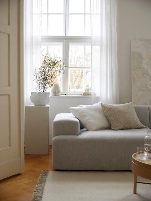 naturalne dekoracje okienne w jasnym beżowym salonie