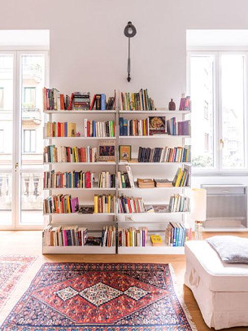 prosty regał na książki przy dywanem vintage