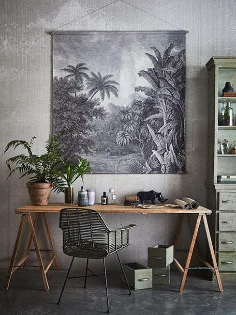 biurko drewnainae DIY na tle plakatu z palmami w pracowni z szarymi ścianami w stylu industrialnym