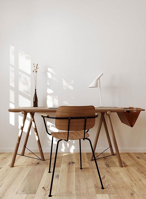 proste drewniane biurko w stylu industrialnym