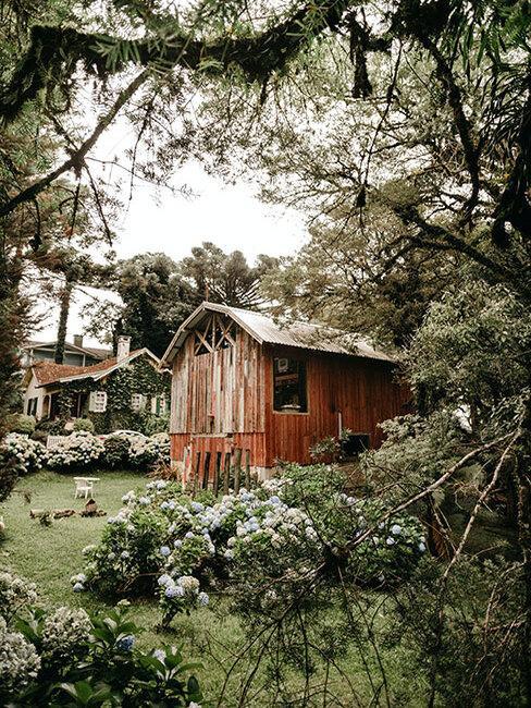 ogrod wiejski z drewnianymi budynkami i kwiatami