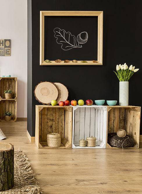 skrzynki w salonie jako półki na dekoracje