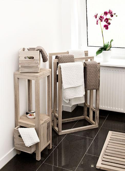 łazienka z meblami i dekoracjami z beżowego drewna