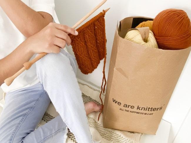 Wełna w papierowej torbie od WeAreKnitters