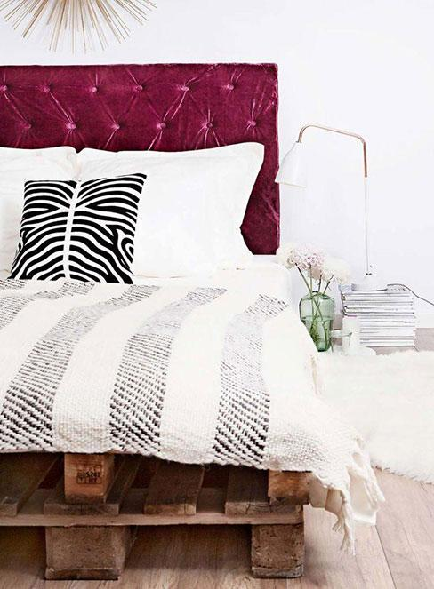 Łóżko DIY z palet z purpurowym zagłówkeim z aksamitu