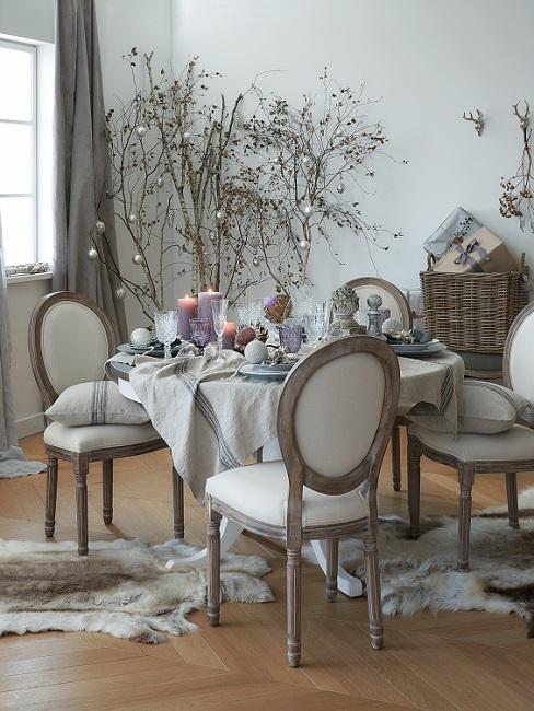 beżowa jadalnia z drewnianymi tapicerowanymi krzesłami i lnianym obrusem w stylu rustykalnym