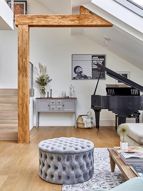 salon z czarnym fortepianem w lofcie z belkami w stylu rustykalnym