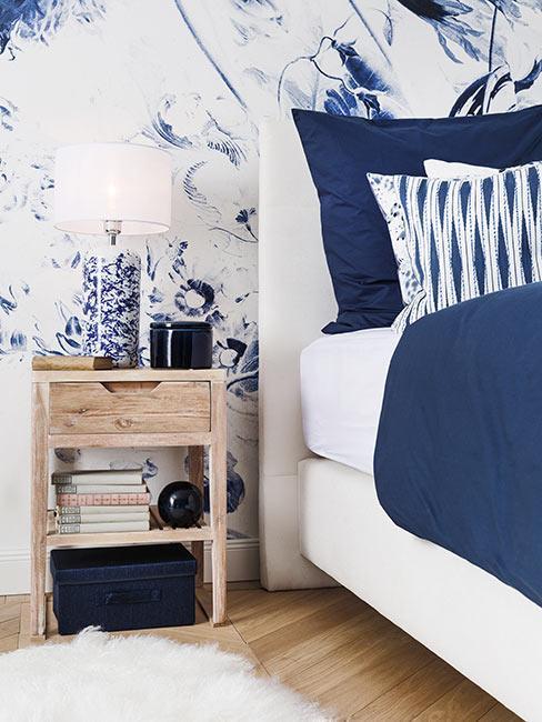 białogranatowa sypialnia z motywem kwiatów i szafką nocną w stylu rustykalnym