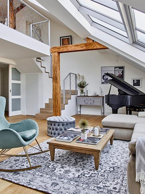 Salon w stylu rustykalnym z czarnym fortepianem i stropem z drewna