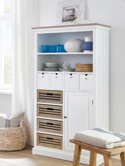 biała witryna z drewna w jadalni w stylu rustykalnym