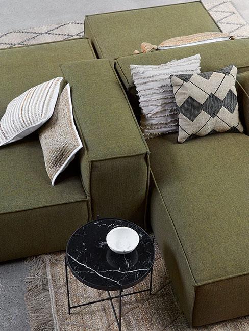 zbliżenie na zieloną sofę modułową w kolorze oliwkowym