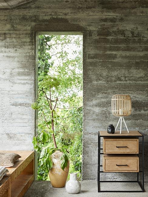 sypialnia w szarym lofcie z betonu z nowoczesnymi meblami i akcentami boho