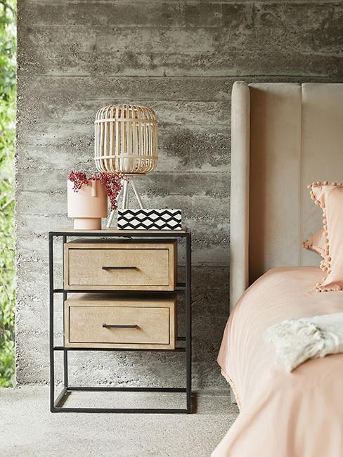nowoczesny stolik kawowy w sypialni z betonu w lofcie
