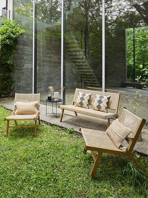 zastaw mebli ogrodowych z bambusa z tekstyliami boho w ogrodzie przy lofcie