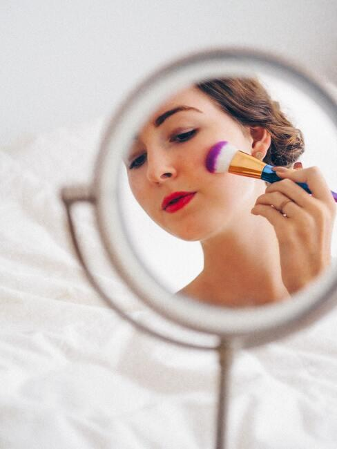 kobieta robiąca sobie makijaż