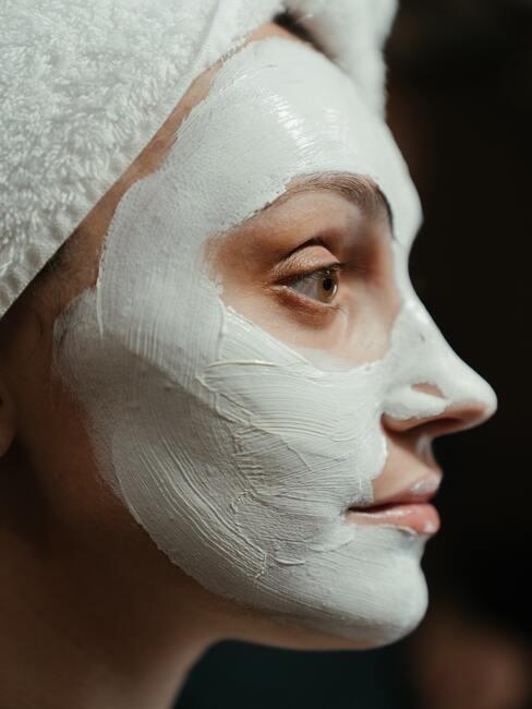 maseczka na twarzy kobiety