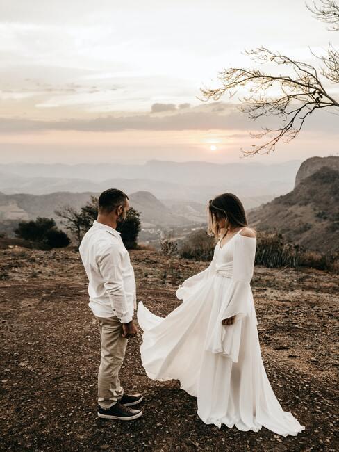 para nowożeńców w górskiej scenerii