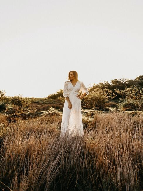 Panna młoda w sukni ślubnej na łące