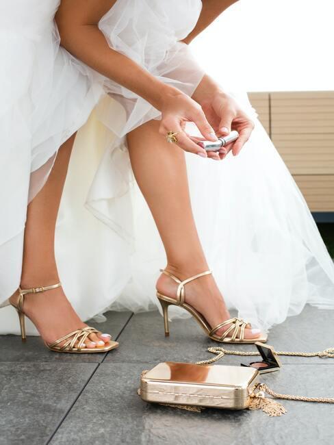 Nogi panny młodej w złotych butach