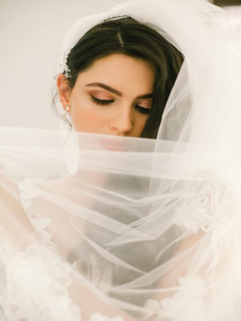 makijaż ślubny: Ciemnowłosa kobieta z ciemnym makijażem oczu