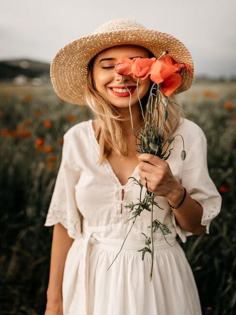 Panna młoda: lekki makijaż ślubny, słomiany kapelusz i bukiet maków