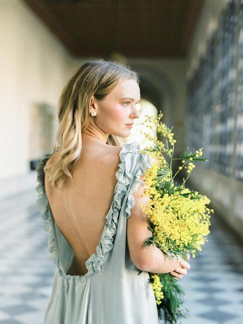 przyszła panna młoda z bukietem polnych kwiatów