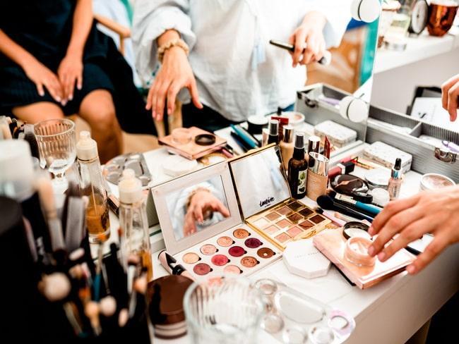 Stół zastawiony kosmetykami do makijażu