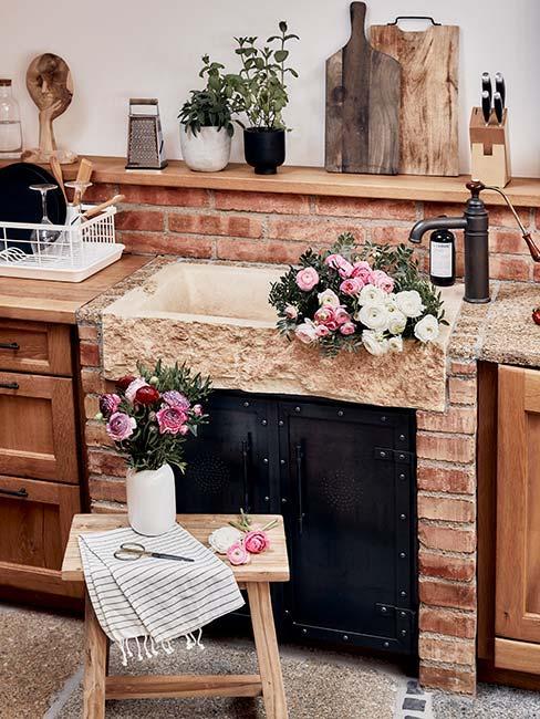 zbliżenie na kuchenkę i drewninay stołek w drewnianej kuchni w stylu rustykalnym