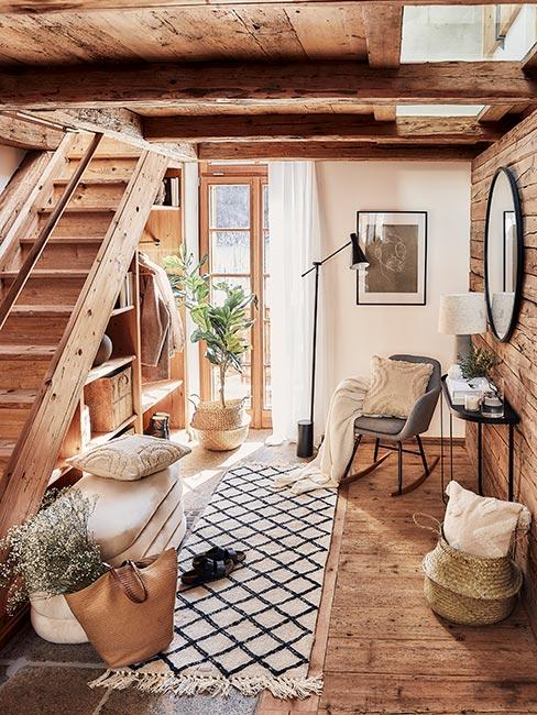 przedpokój przy schodach w drewnianym domu w stylu rustykalnym