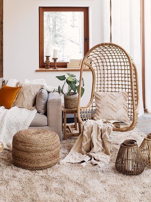 wiszące krzesło z wikliny w salonie w stylu rustykalnym