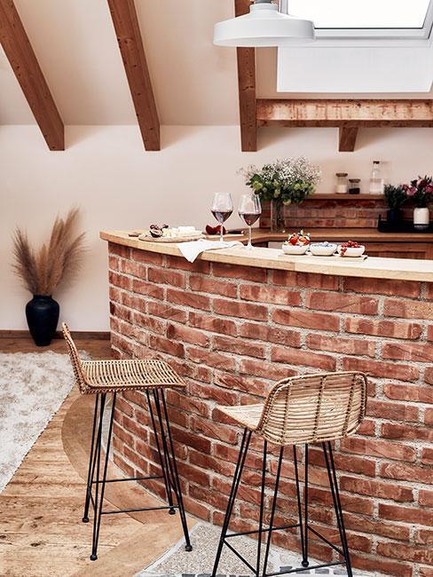 barek z cegły z hokerami z wikliny w stylu rustykalnym