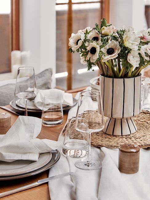 jasno zastawiony stół w stylu rustykalnym