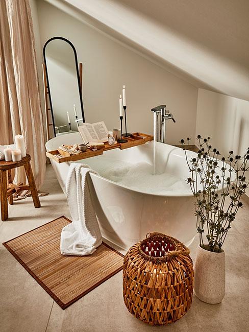 jasna łazienka z wolnostojącą wanną w stylu rustykalnym