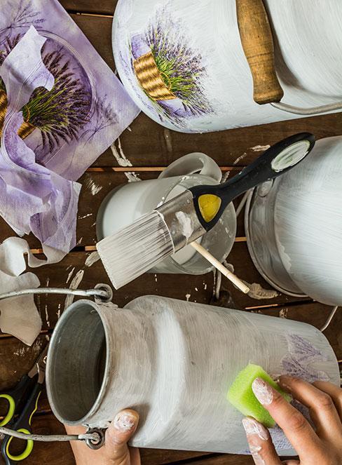 biała bielona kana dekorowana techniką decoupage
