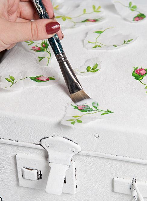 biała skrzynia dekorowana techniką decoupage