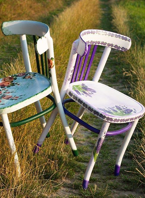 baiłe drewniane krzesła na łące udekorowane techniką decoupage