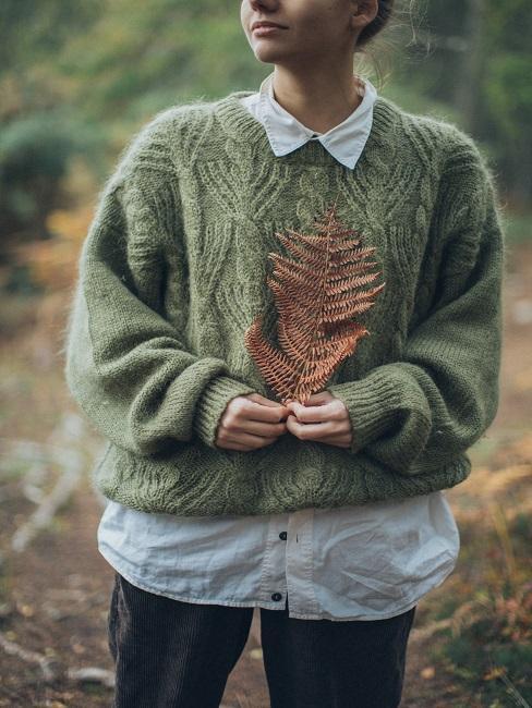 Jesieniara trzymająca liścia