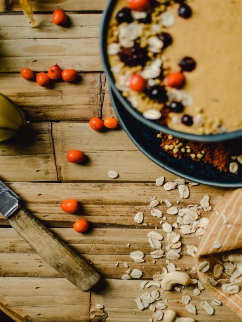 jesienne owoce: ciasto z jesiennych owoców na drewnianym stole