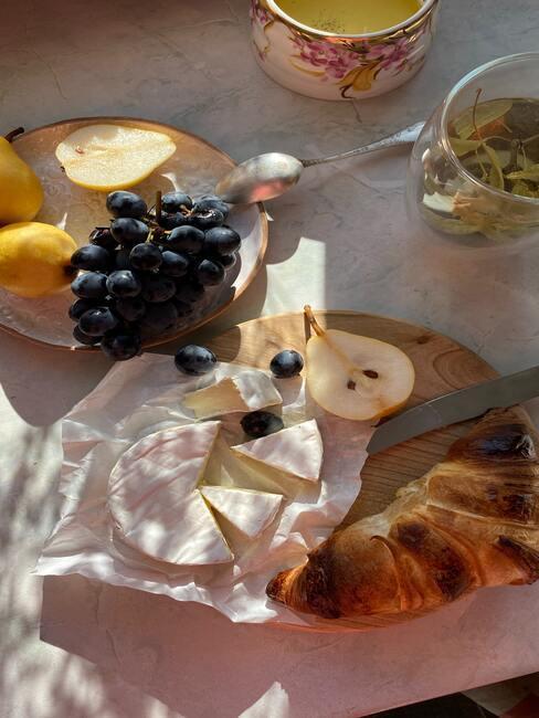 Pokrojone jesienne owoce na drewnianej desce