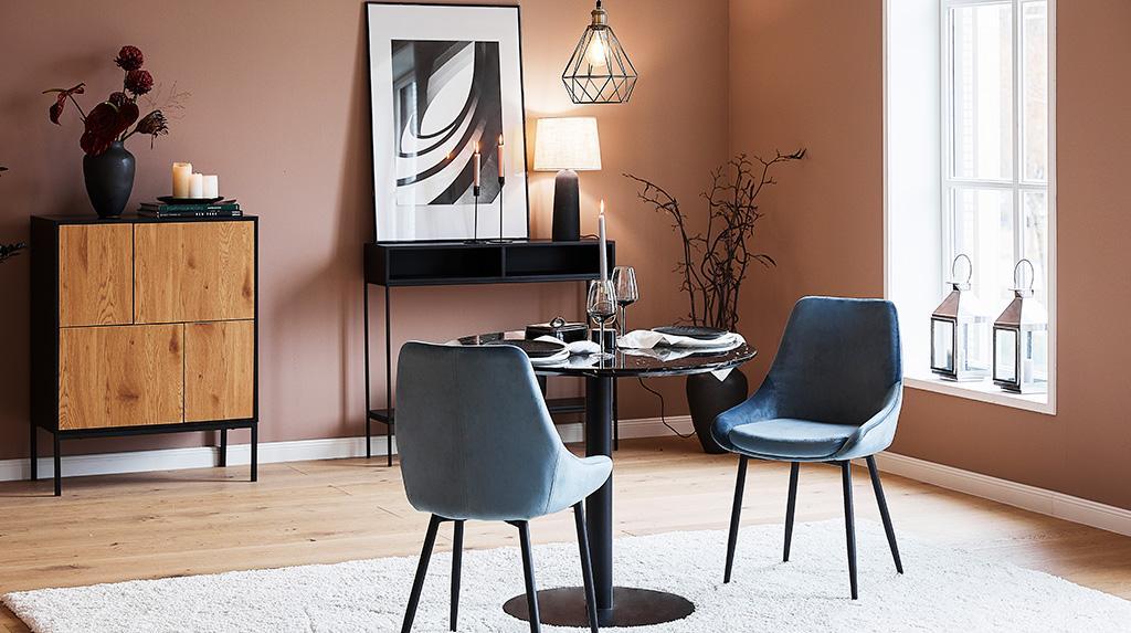 jesienne tapety: wnętrze ze ścianą w jasnym odcieniu brązu, w pomieszczeniu drewniany stół i niebieskie krzesła