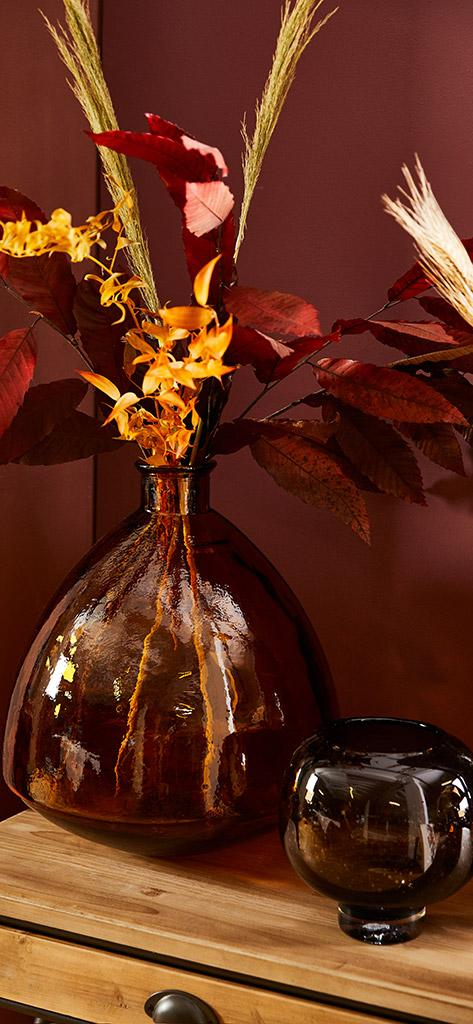 jesienne tapety: bukiet żółto czerwonych liści w wazonie z ciemnego szkła