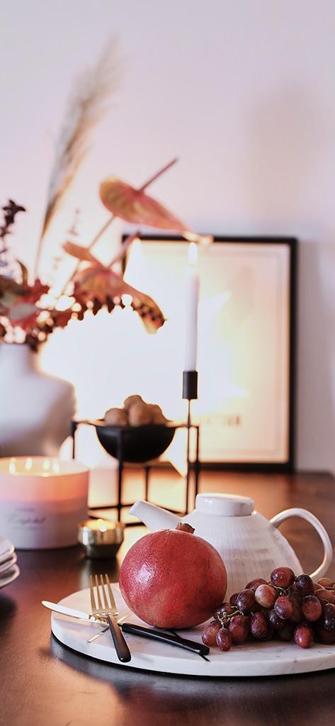 Jesienna tapeta na telefon: wazon z liśćmi