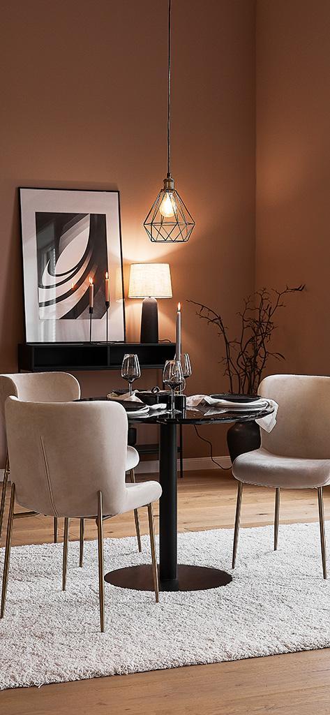 jesienne tapety: minimalistyczne wnętrze z brązowymi ścianami i dodatkami w odcieniach beżu