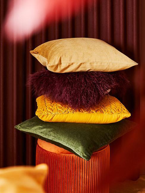 poduszki dekoracyjne w jesiennych kolorach na pufie z aksamitu w kolorze terakoty