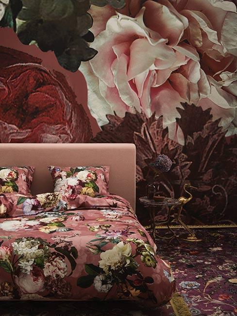 Sypialnia z pościelą w duże kwiaty na tle fototapety w duże holenderskie kwiaty