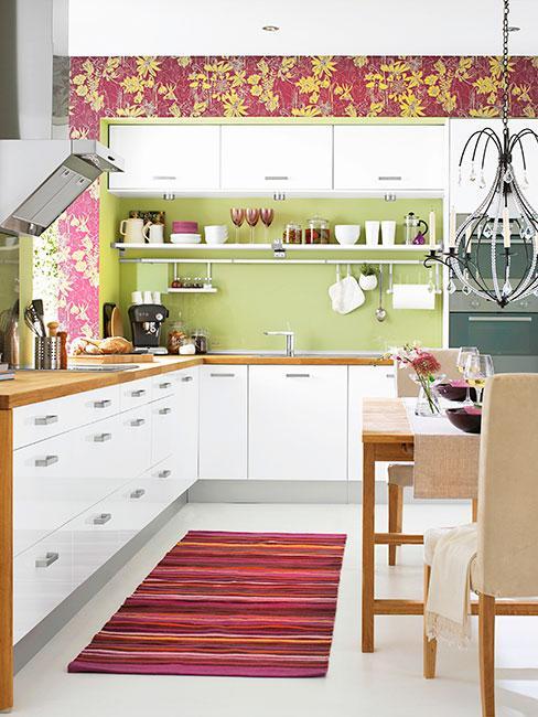 kuchnia z zieloną ścianą i czerwoną tapetą w kwiaty w kolorach jesieni